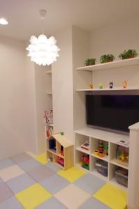 キッズスペース本やおもちゃがおいてあります。 大型テレビでは動画配信サービスをご覧頂けます。